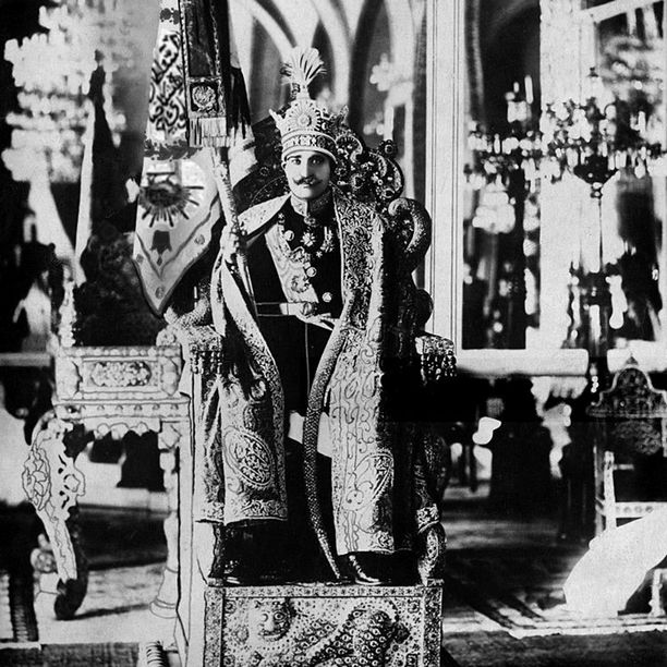 Reza Pahlavin kruunajaiset vuonna 1926. Hän oli ottanut vallan itselleen sotilasvallankaappauksella vuonna 1921.
