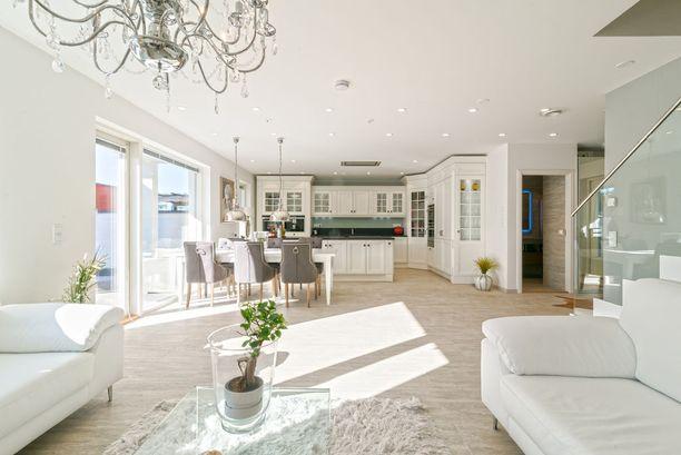 Keittiö ja olohuone ovat tässä asunnossa yhtä suurta tilaa.