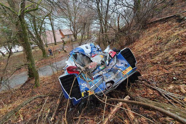 Teemu Sunisen auto päätyi pöheikköön ja kärsi pahat vauriot.