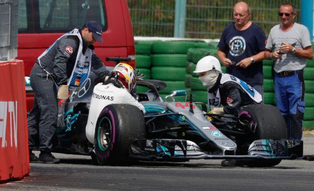 Lewis Hamilton jäi murtuneena Mersunsa viereen jo aika-ajon alkuvaiheessa.
