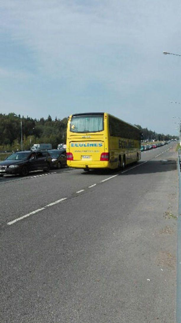 Iltalehden lukijan mukaan Venäjältä tuli autoja Suomeen päin, mutta Venäjän suuntaan liikenne oli lähes pysähdyksissä lauantaina aamupäivästä.