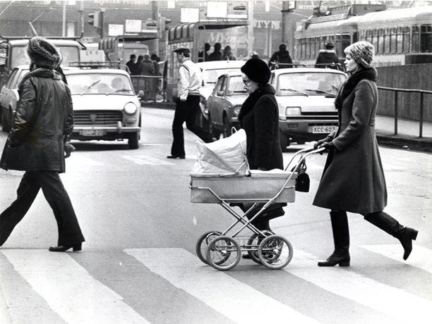 80-luvun asiallista vaunumallistoa liikkeellä Helsingin kaduilla.
