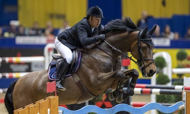 Robert Whitaker voitti Helsingissä molemmat pääluokat hevosellaan Catwalk IV.  Kuva on maaliskuulta Masters-liigan finaalista Saksasta.