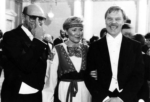 Spede Pasanen viihtyi Riitta ja Vesa-Matti Loirin seurassa Linnan juhlissa 1985.