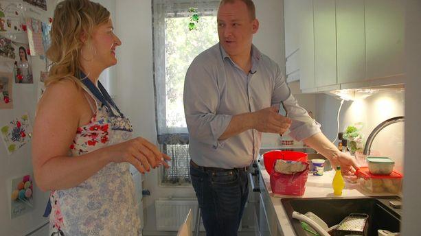 Heidillä ja Oskarilla on mennyt välillä paremmin. Tässä he laittavat ruokaa.