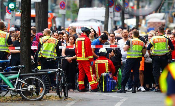 Berliinin poliisi eristi tiistaina päivällä peruskoulurakennuksen epäillyn vaarallisen tilanteen vuoksi.