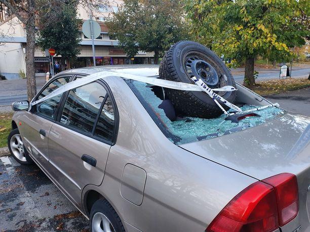 Tapahtumapaikalla oli myös auto, jonka takalasi oli rikottu.