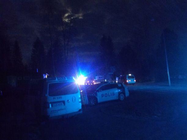 Maanantai-iltana hieman klo 23 jälkeen tapahtumapaikalla oli useita poliisipartioita.