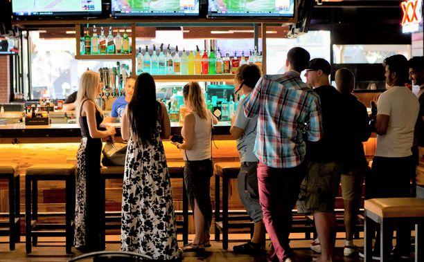 Osapuolet tutustuivat pubissa ja iltaa jatkettiin Karaokebaarissa. Kuvituskuva.