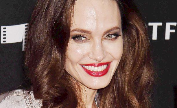 Angelina Jolie väläytti punaisella matolla upean hymynsä.