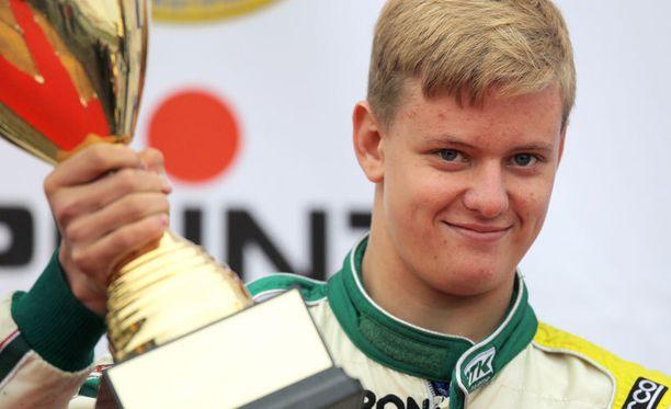 Mick Schumacher on perinyt isänsä jykevät piirteet - ja nähtävästi ajotaidotkin.