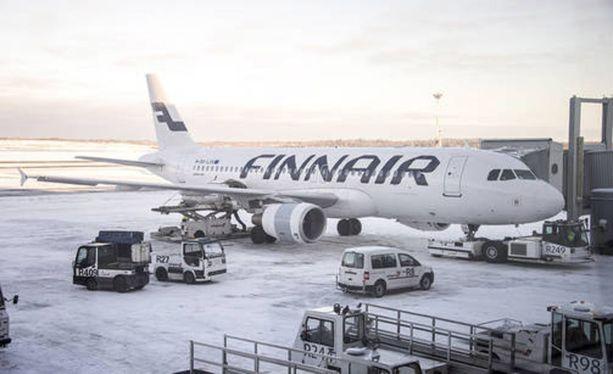 Finnair on pyytänyt anteeksi puutteellista tiedotustaan tiistaisen lentoasemakaaoksen aikana.