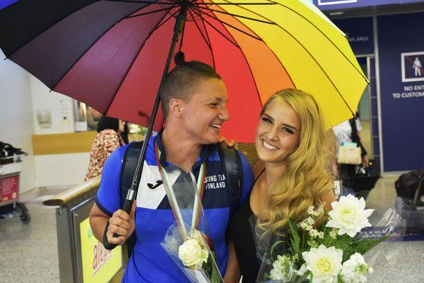 Tuore Euroopan mestari Elina Gustafsson poseerasi Emmi Asikaisen kanssa kameroille kesäkuussa Helsinki-Vantaan lentokentällä.