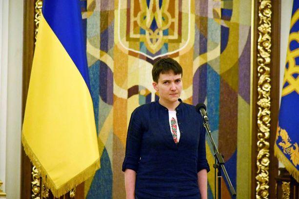 Vapautettu ukrainalaislentäjä Nadja Savchenko aloitti puheensa mediatilaisuudessa huutamalla Slava Ukraini, eli kunnia Ukrainalle.