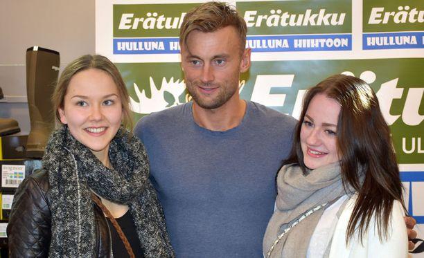 Anni Heinikoski (vas.) ja Janita Rasinaho pääsivät suosikkinsa kainaloon.