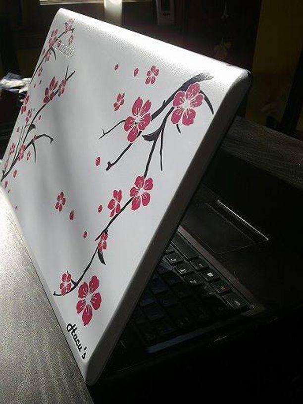 """Vantaalaisnaiselta varastettu läppäri on helposti tunnistettavissa. Valkoisessa Lenovo G580-merkkisessä tietokoneessa on kustomointipainatus: ruskeissa oksissa vaaleanpunaisia kirsikankukkia ja alakulmassa lukee """"Hacu's""""."""