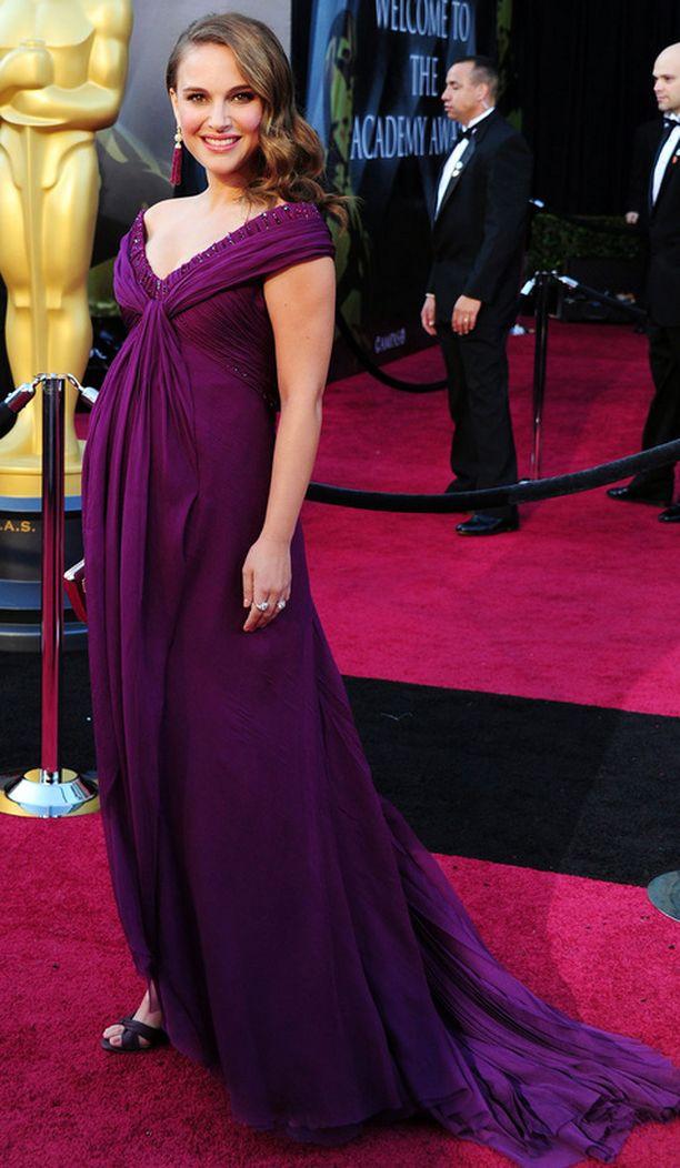Raskaana oleva Natalie Portman sai parhaan naispääosan Oscarin elokuvasta Black Swan.