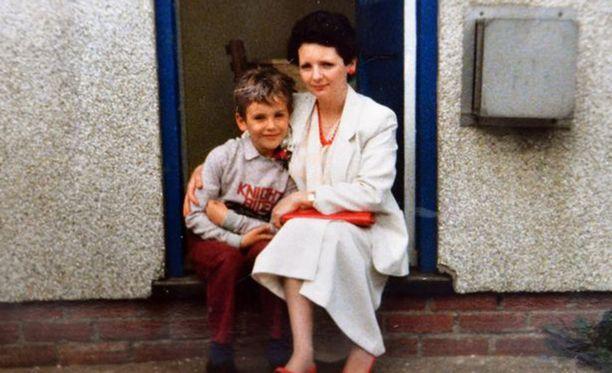 Lee kotona Walesissa äitinsä kanssa. Poikaa kiusattiin julmasti koulussa, koska hän oli naisellinen.
