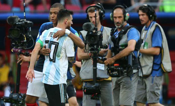 Ranskan suuri sankari Kylian Mbappé lohdutti Messiä ottelun jälkeen.