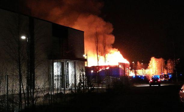 Palomateriaalia on pelastuslaitoksen mukaan huomattavan paljon, minkä takia palo oli voimakas alkuvaiheessa ja tulee kestämään pitkään.