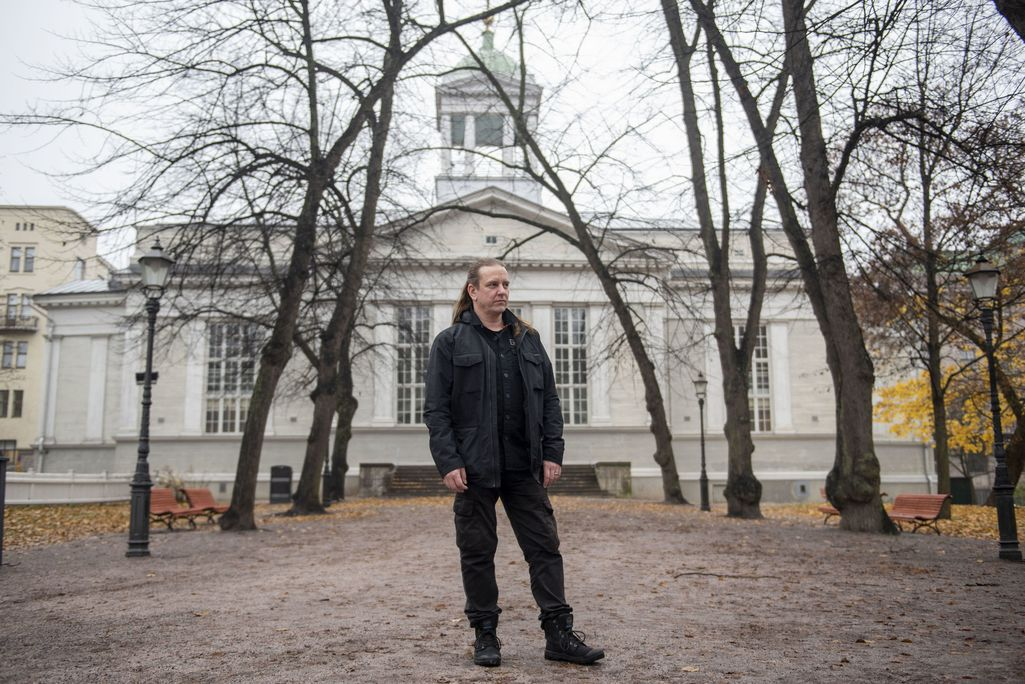 Sami Lopakka arvioi Helsingin vanhassa kirkkopuistossa, eli Ruttopuistossa, että kuolema määrittää enemmän elämää kuin sen päättymistä.