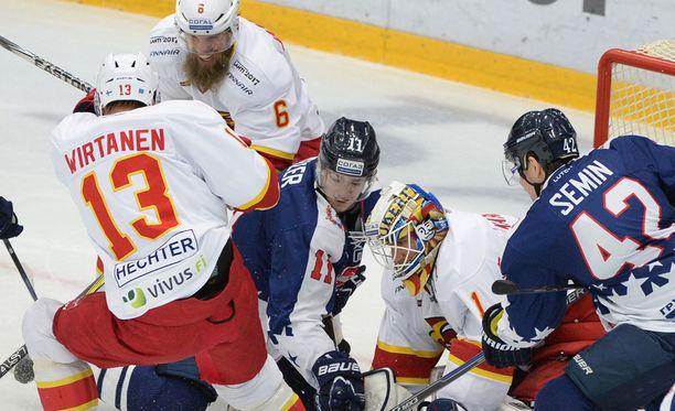 Petteri Wirtanen, Topi Jaakola ja maalivahti Henrik Karlsson ovat tänään Jokerien pelaavassa kokoonpanossa.