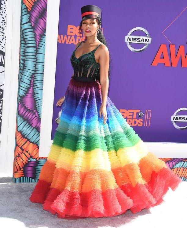 Janelle Monae osallistui maanantaina BET Awards -palkintogaalaan. Laulajan asu oli kunnianosoitus Pride-liikkeelle, jonka vankka kannattaja Monae on.