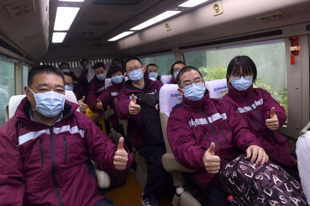 Hoitohenkilökuntaa lähdössä Jingmeniin Hangzhoussa.