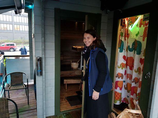 Sininauhasäätiön viestintäpäällikkö Sari Saaristo esittelee saunaa.