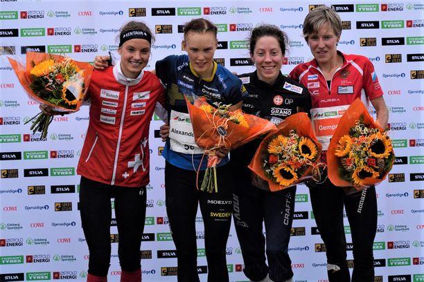 Keskimatkalla mitaleille ylsi neljä urheilijaa, kun pronssi jaettiin. Simona Aebersold (vas.) oli toinen, Tove Alexandersson ykkönen ja pronssille pääsivät samalla ajalla Venla Harju ja Natalia Gemperle (oik.).