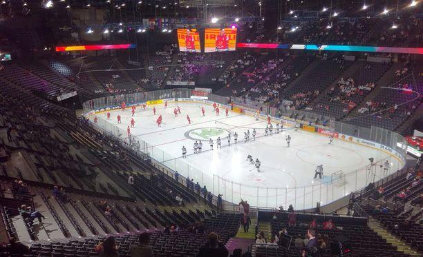 Bercy Arena on lähes tyhjillään MM-avauksessa.