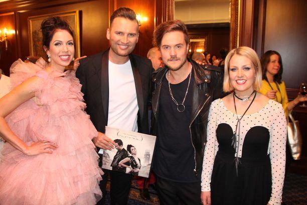 Viron Laura ja Koit Toome poseerasivat tapahtumassa yhdessä Norma Johnin Lasse Piiraisen ja Leena Tirrosen kanssa.