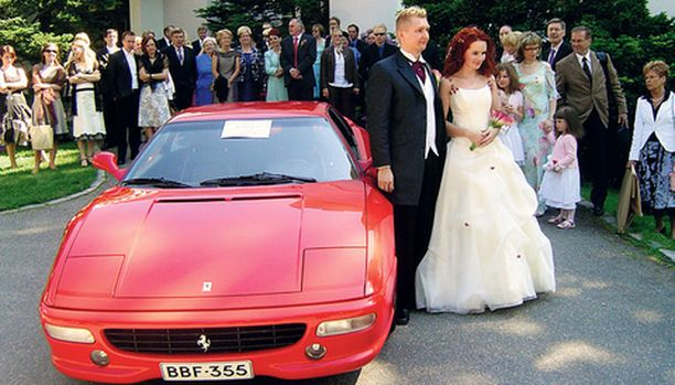 Morsian oli kaunis, sulhanen komea ja Ferrari kiilsi. Sanna ja Tero Haikosen hääpäivä onnistui jokseenkin täydellisesti.
