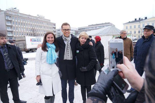 Valtiovarainministeri Alexander Stubb (kok) tapasi kansalaisia Hämeenlinnan torilla.