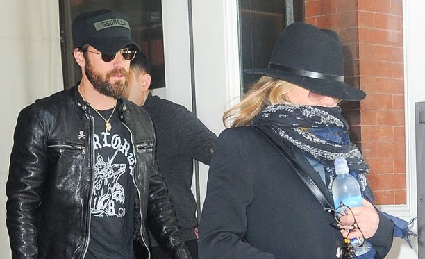 Aviomies Justin Theroux on ollut vaimonsa tukena näyttelijän äidin kuoleman jälkeen.