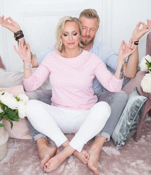 Jutta ja Juha tarjoavat häissään rakkausretriitin pariskunnille.