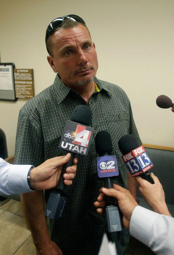 Darren West saapui oikeuteen kuulemaan vaimonsa tuomion.