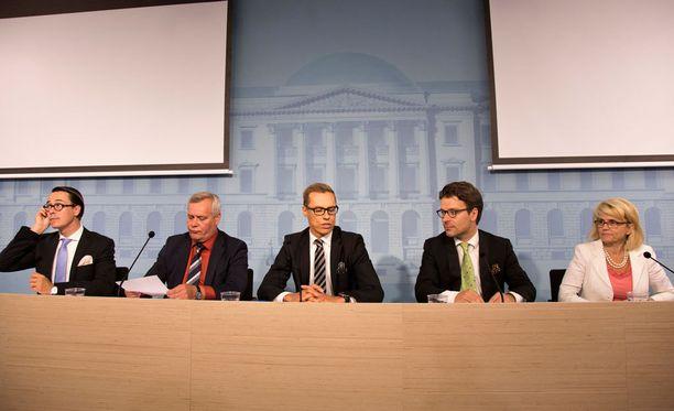 Alexander Stubbin (kesk.) suosio on hieman hallitusta parempi.
