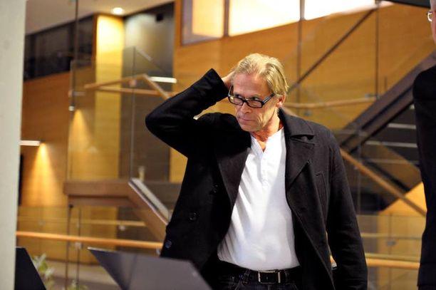 Liikemies Toivo Sukari on surullinen ja harmissaan elämäntyönsä syöksykierteestä.