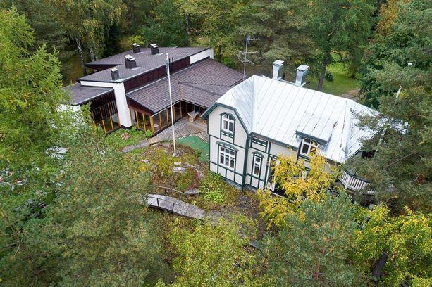 Tilalla on kaksi rakennusta: vuonna 1910 rakennettu pitsihuvila ja moderni Aalto-henkinen omakotitalo.