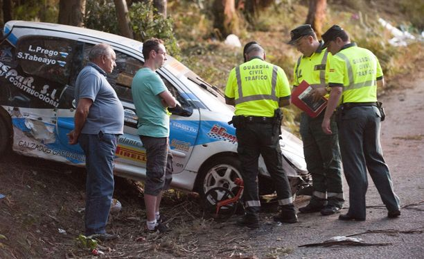 Viranomaiset tutkivat onnettomuuspaikkaa.