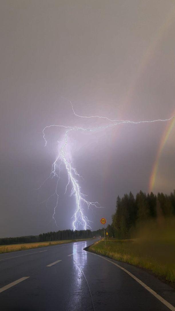 Salama ja sateenkaari Kiteellä.