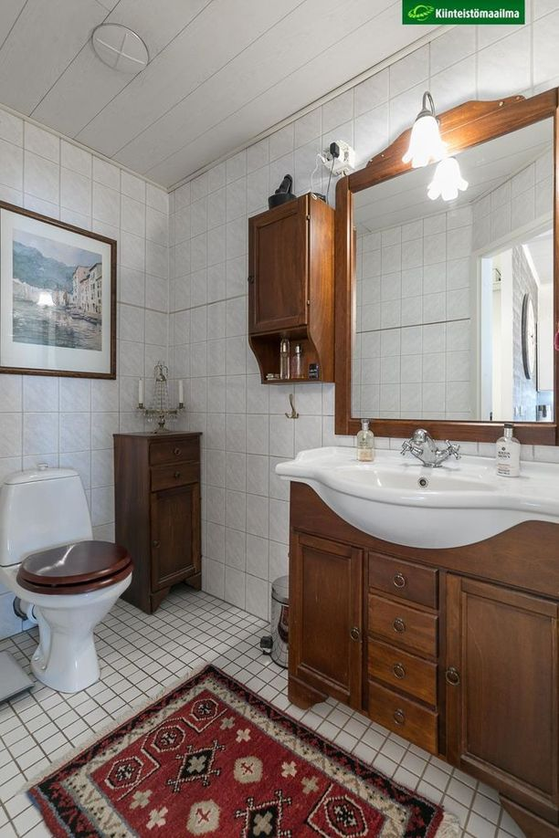 Tämän jugend-huoneiston vessa on myös viimeisen päälle.
