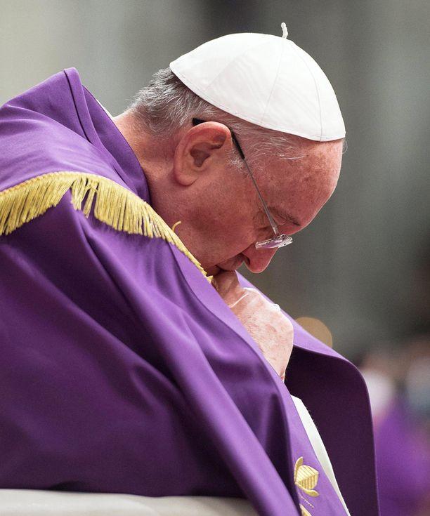 Paavi rukoili lauantaina Pietarinkirkossa Vatikaanissa.