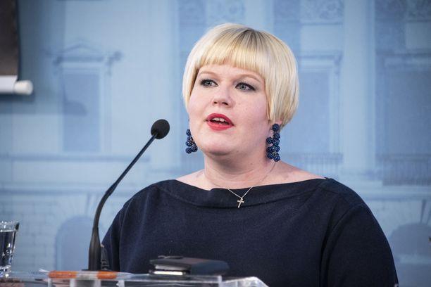 Peruspalveluministeri Annika Saarikko (kesk).