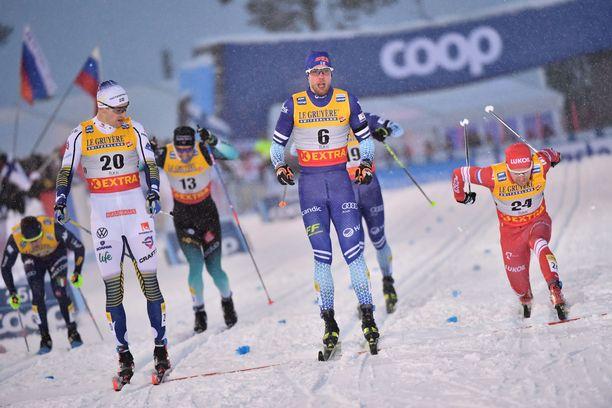 Joni Mäki (numero 6) on iskussa.