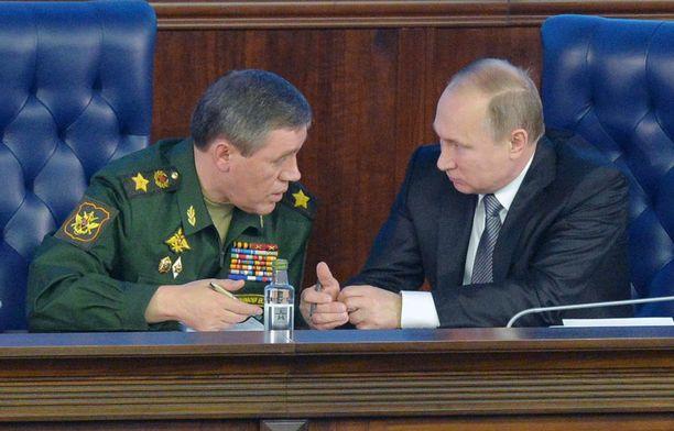 Venäjän armeijan komentaja Valeri Gerasimov (vas.) ja ylipäällikkö Vladimir Putin.