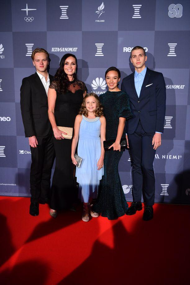 Tanssikouluyrittäjä Anitra Ahtola ja lapset Oskar, Alex, Anina ja Yasmin saapuivat Urheilugaalaan torstaina.