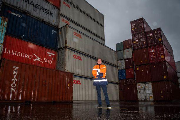 Helsingin sataman rahtiyksikön johtaja Jukka Kallio kertoo, että rahtien hintojen kallistuminen näkyy erityisesti isoissa tuotteissa.