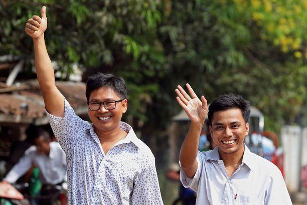 Reutersin toimittajat Wa Lone ja Kyaw Soe Oo vilkuttelivat kävellessään ulos vankilasta Myanmarissa.